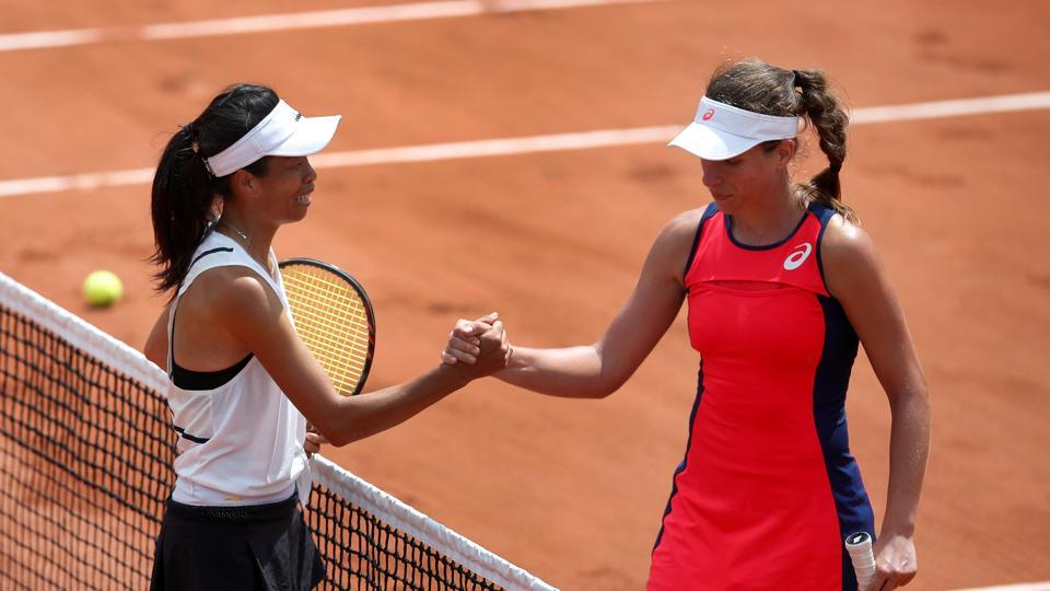 Taiwans's Hsieh Su-wei shakes the hand of Great Britain's Johanna Konta after winning their first round match. (REUTERS)
