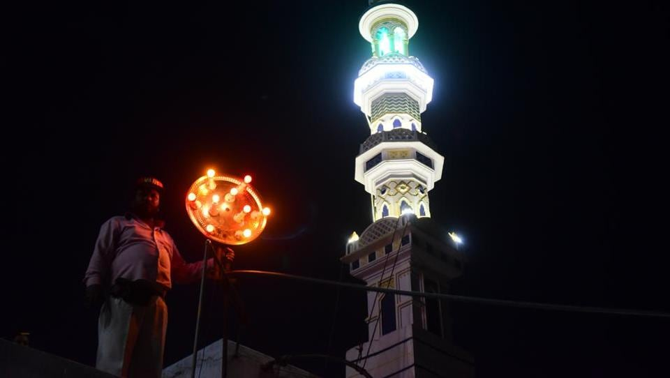 As soon as the mosque beams the red light, the cannon is fired signalling locals the beginning and end of their days fast respectively.   (Mujeeb Faruqui/HT Photo)