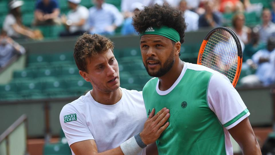 Renzo Olivo (L) speaks to France's Jo-Wilfried Tsonga after winning match at the French Open.