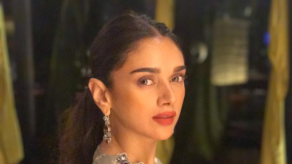 Aditi Rao Hydari says she doesn't like to apply too much make up.