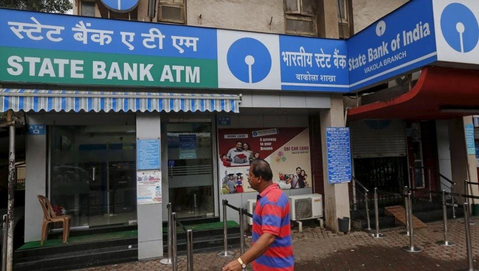Six armed miscreants entered the SBI branch at Baajlachowk in the district and took the branch manager and other employees hostage at gun point and looted the money.