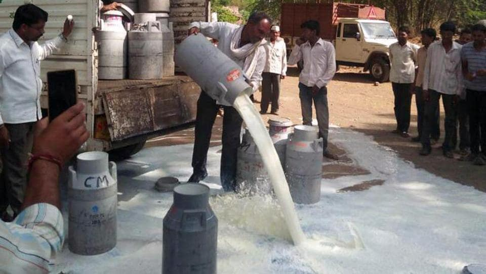 Farmers from Maharashtra on Thursday started a protest to press for their demand for loan waiver.  From spilling milk to emptying vegetbale trucks, they are trying everything to make their voice heard. The scene at Lasur in Aurangabad on Thursday. (HT photo)