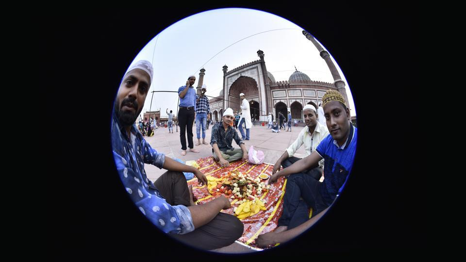 People break their days fast  outside the Jama Masjid.The spirit of fasting accommodates acts of charity and kindness to others.  (Arun Sharma/HT PHOTO)