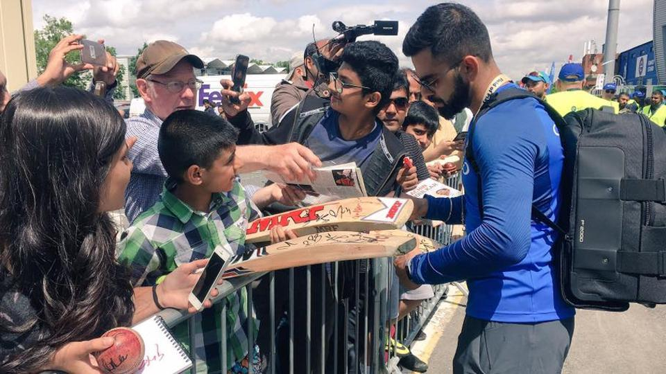 Virat Kohli gives out autographs in front of Edgbaston Cricket Ground. (TWITTER)