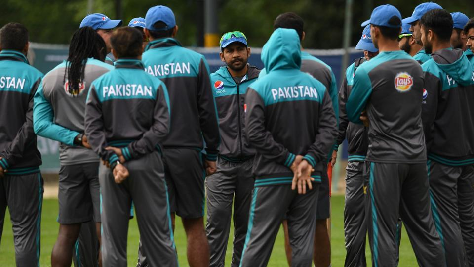 Pakistan captain Sarfraz Ahmed (C) speaks to the squad ahead of their ICC Champions Trophy opener against India. (AFP)