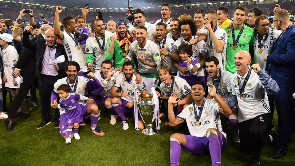 Real Madrid poses with the trophy after winning the UEFA Champions League final football match between Juventus and Real Madrid at The Principality Stadium in Cardiff, south Wales. (Glyn KIRK / AFP)