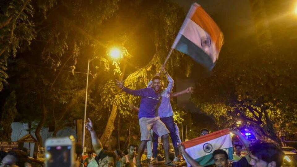 Revellers throng ShivajiPark inMumbai onSunday night.