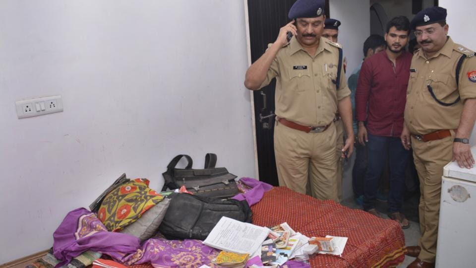 The robbers took away ₹4 lakh worth of jewellery and an equal amount in cash on Sunday night.