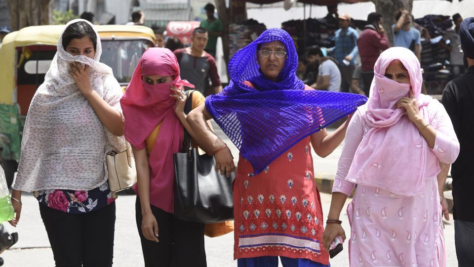 People cover themselves as temperature in Delhi remained over 44 degress Celsius. The searing heat also sent the power demand spiking to an all time high of 6,361 MW.