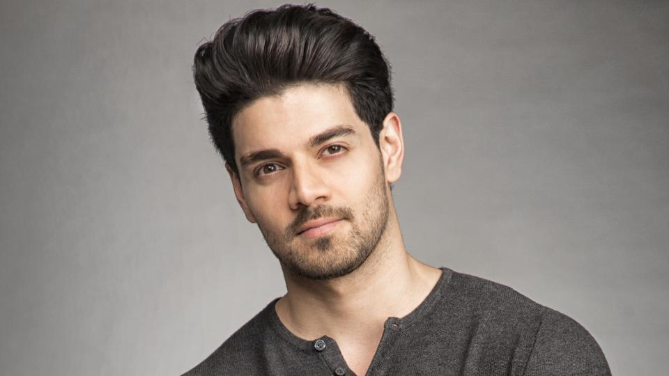 Sooraj says he would like to be part of a pure romantic story, with no skin show.