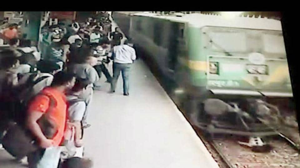 Mumbai train,miraculous escape,kurla station