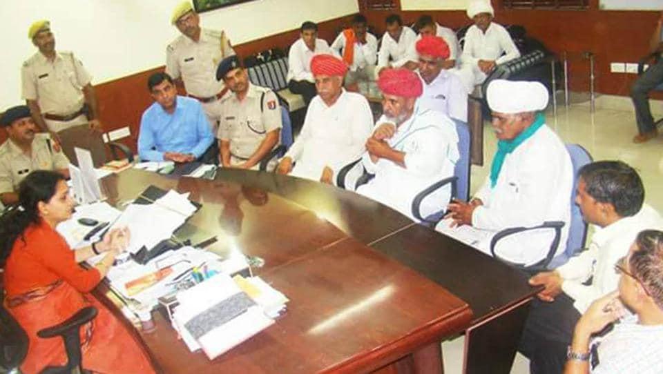 Members of Bharatiya Kisan Sangh  submitting a memorandum  to Pratapgarh collector Neha Giri on Wednesday.