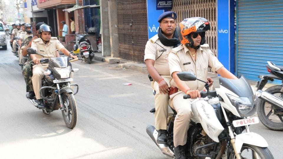 A police patrol in Patna.  The main reasons for not approaching the police are lack of evidence, fear of being caught in police or court matters, the perception that police may not entertain their complaint