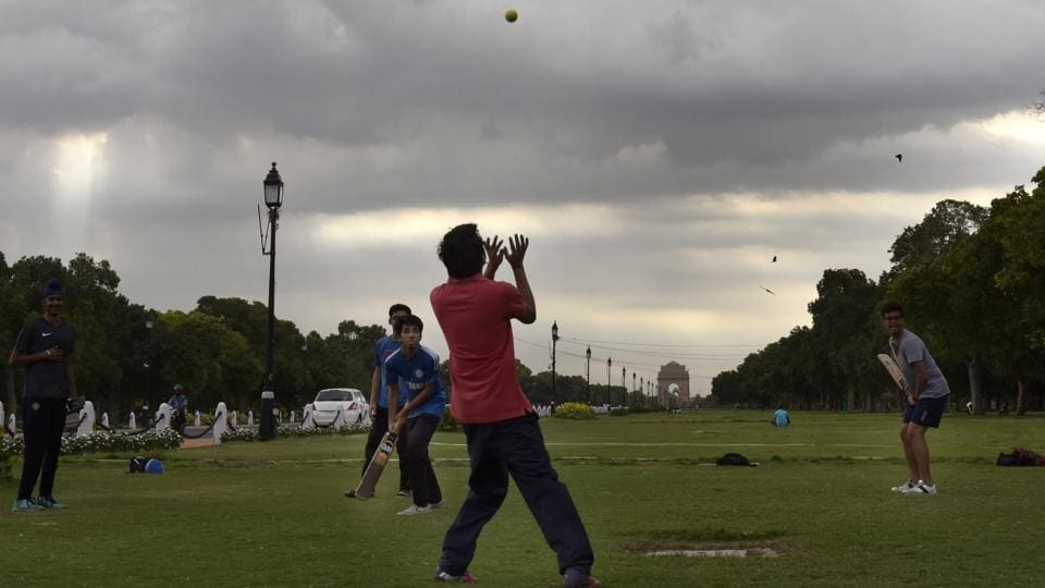 Children are seen enjoying under an overcast sky near India Gate. Delhi is expected to receive its monsoon showers by mid June.  (Arvind Yadav/HT PHOTO)