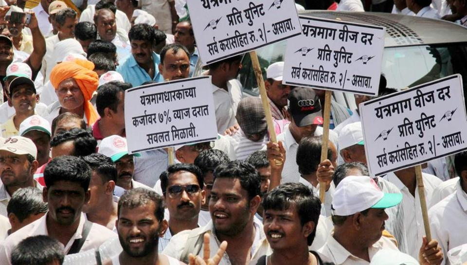 Supporters of Swabhimani Shetkari Sanghatna (SSS) during their Pune-Mumbai protest march in support of farmers in Mumbai
