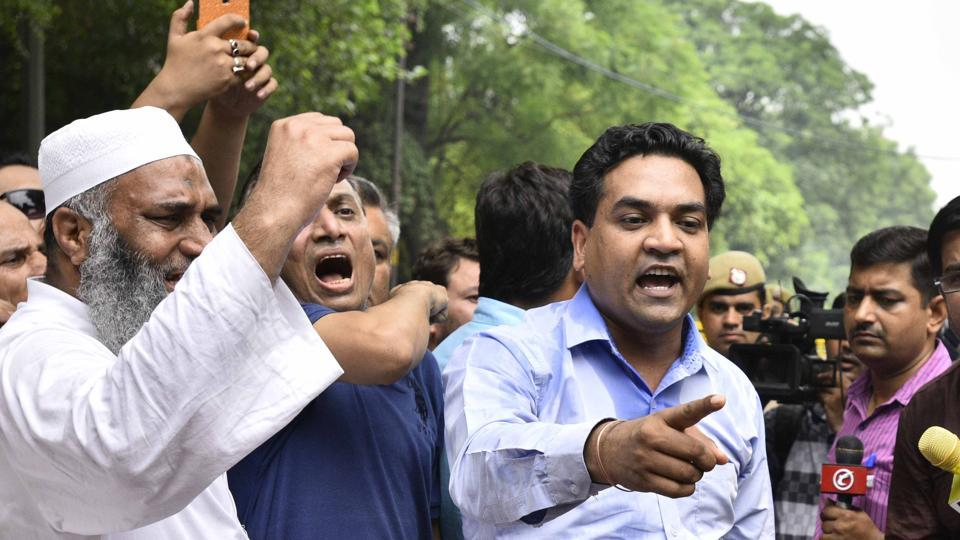 Sacked Delhi minister Kapil Mishra reached chief minister Arvind Kejriwal's house on Friday to submit a seven-point resolution to 'clean' AAP.  (Arun Sharma/HT PHOTO)