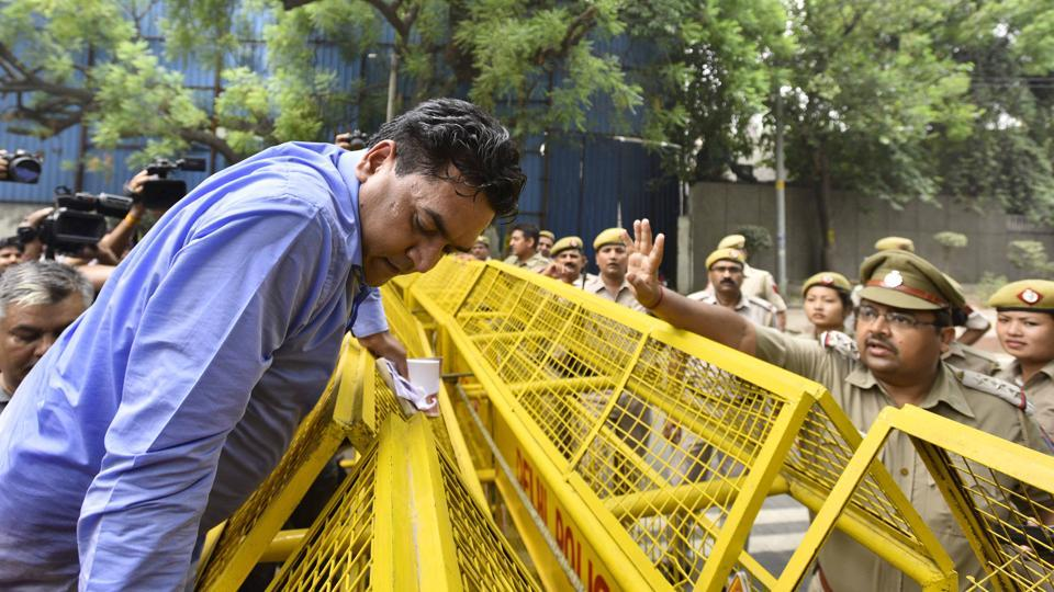 Rebel AAP leader Kapil Mishra was stopped from meeting Delhi chief minister Arvind Kejriwal when he arrived at the CM's Janta Darbar on Friday. (Arun Sharma/HT PHOTO)