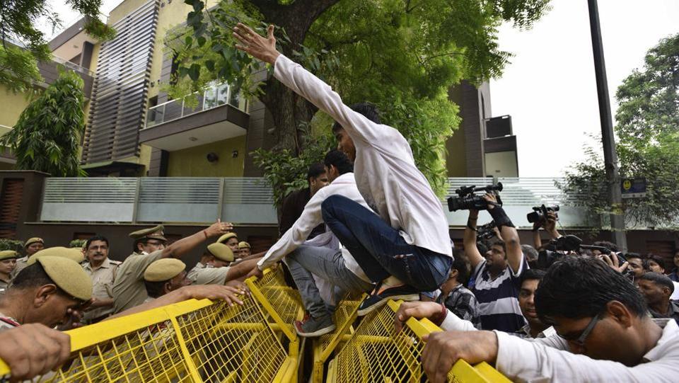 Kapil Mishra and supporters shout slogans  after being entry  at Delhi's Arvind Kejriwal  residence.  (Arun Sharma/HT PHOTO)