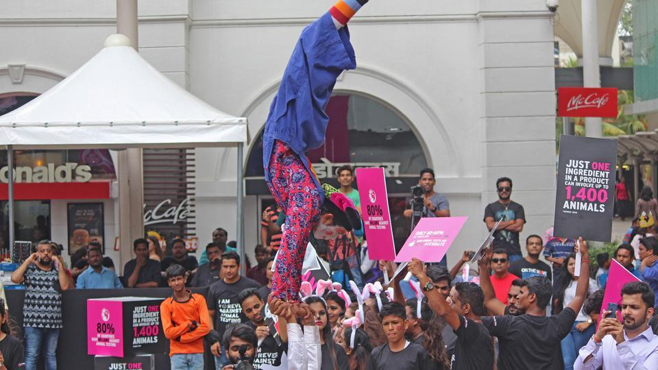 A clown entertains people with a handstand to raise awareness about the issue. (Satyabrata Tripathy/HT)