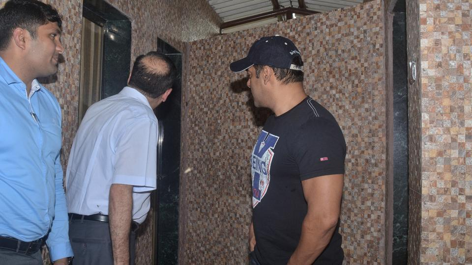 This was Salman's second visit to a site after he was appointed as the brand ambassador for the BMC's campaign against open defecation. (Prashant Waydande /HT)