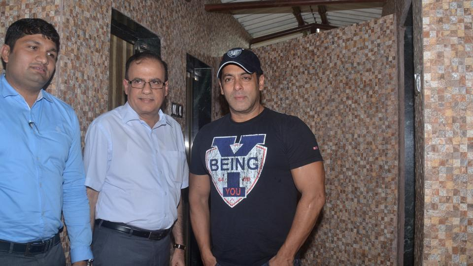 Salman asked the BMC to build more toilets in Aarey Colony and also promised to donate more for the cause. (Prashant Waydande /HT Photo)