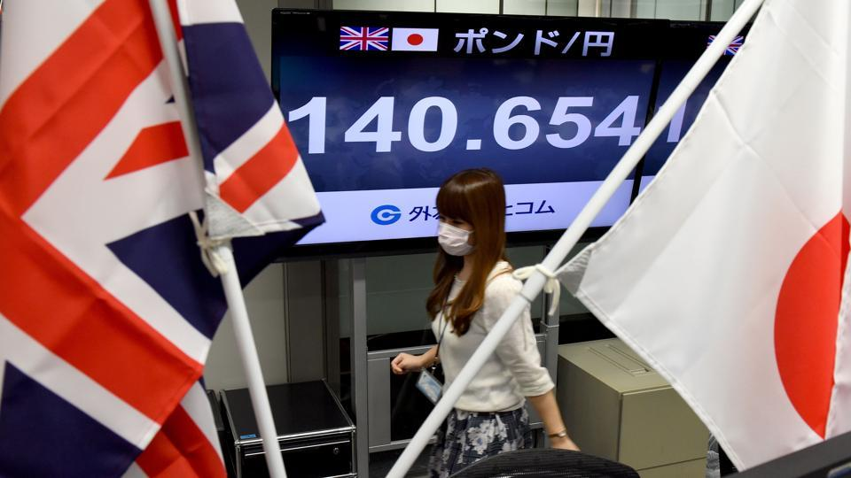 A display shows the current rate of the British pound against the Japanese yen at a foreign money brokerage in Tokyo on June 9, 2017. The pound fell sharply amid fears the Conservative leader will be unable to form a government and could even be forced out of office, just as sensitive Brexit talks loom. (Toru Yamanaka/AFP)