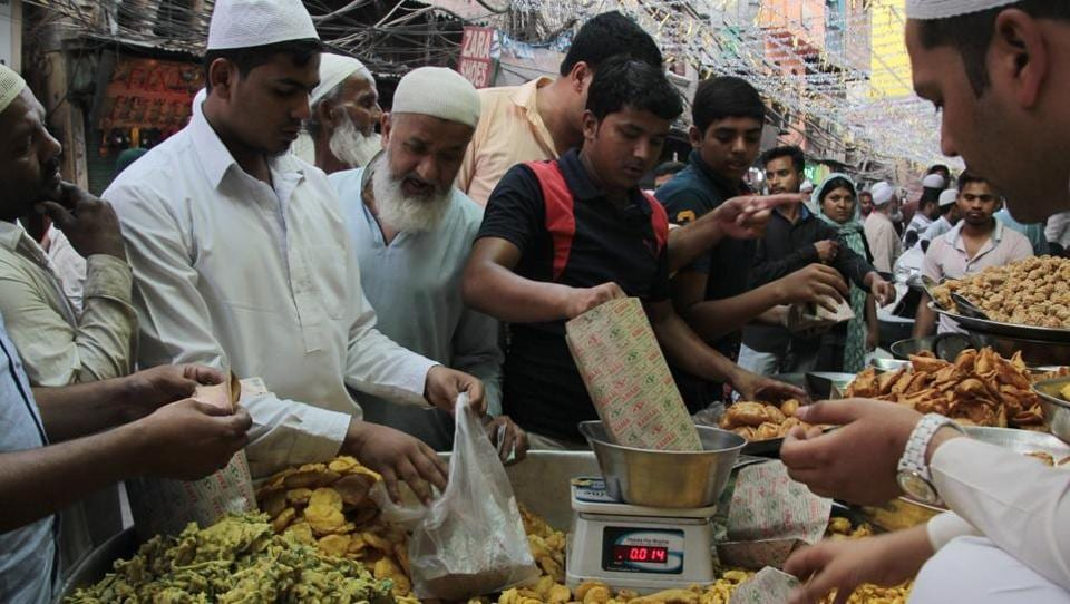 Of all varieties such as paneer, mirchi, keema and chicken pakodas, keema pakodas are the most popular in the bylanes of Jama Masjid in Old Delhi.