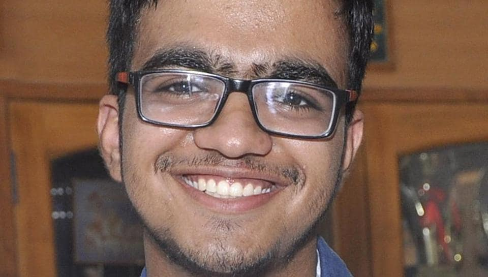 Sarvesh Mehtani from Haryana's Panchkula secured the All India Rank (AIR) 1 in Joint Entrance Examination (JEE) Advanced 2017. (Keshav Singh/HT Photo)