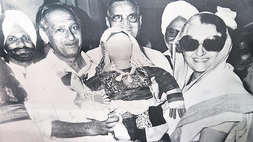 Nek Chand presenting a doll to then prime minister  Indira Gandhi. (HT File Photo)