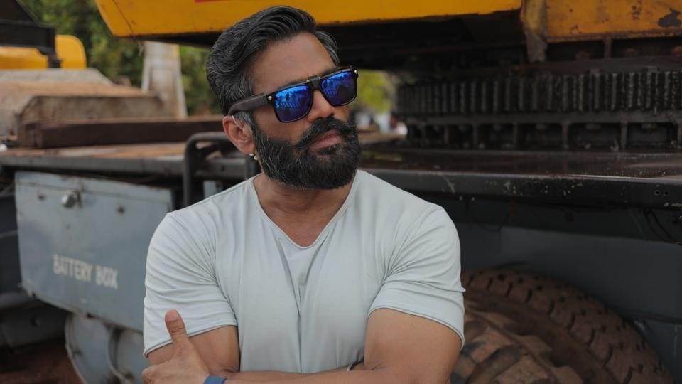 Suniel Shetty  played the role of Assistant Commandant Bhairon Singh, BSF.