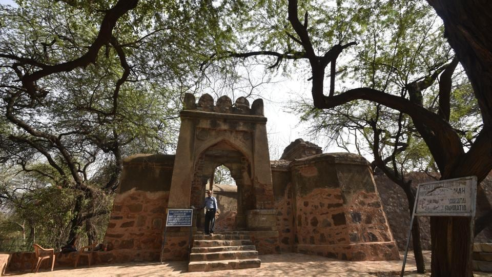 It is believed that the palace was a lodge gifted by Delhi sultan Firuz Shah Tughlaq to a woman from Rajasthani Bhatiara community, who had given him a draught of water.