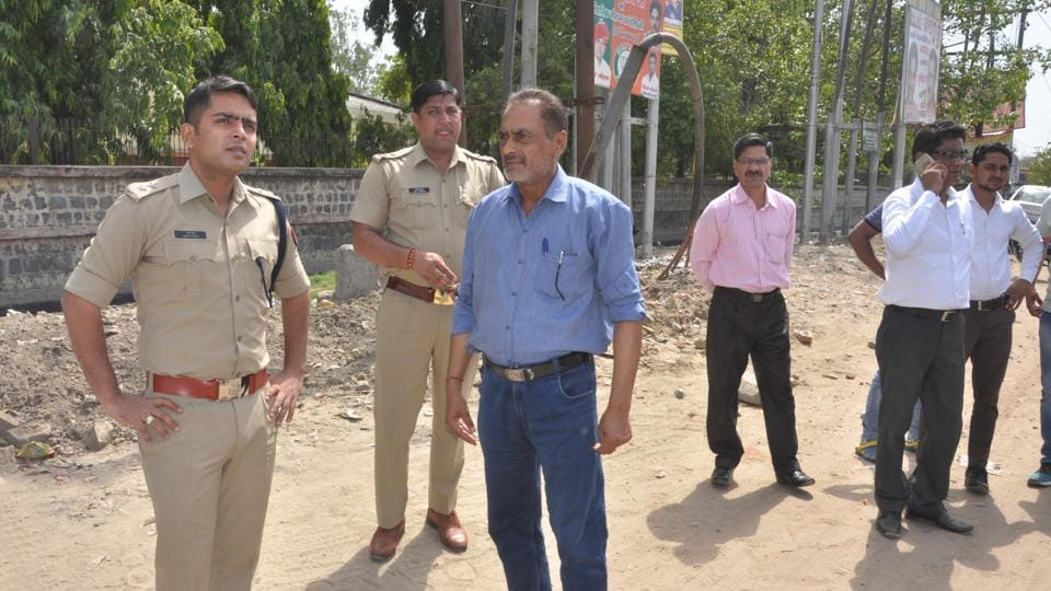 The victims said that the men were aged 25-30 years and were not wearing helmets. They assured the police of identifying the victims if they are arrested.