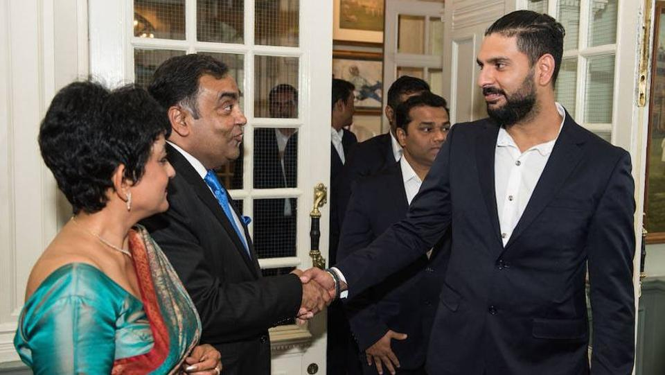 Yuvraj Singh (R) is greeted by Indian High Commissioner to the UK YK Sinha (L) and wife Girija. (Facebook/indian cricket team)