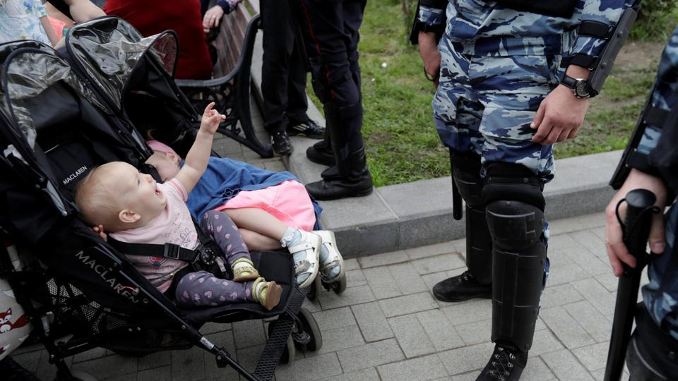 Riot police stand guard next to children in strollers during an anti-corruption protest organised by opposition leader Alexei Navalny, on Tverskaya Street in central Moscow, Russia. (Tatyana Makeyeva/REUTERS)