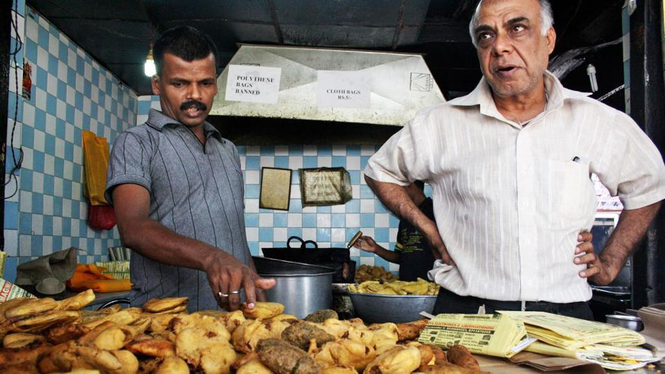 At the Khandani Pakodiwalla, on the Ring-Road Sarojini Nagar intersection you can get pakodas any day, come monsoon or drought.