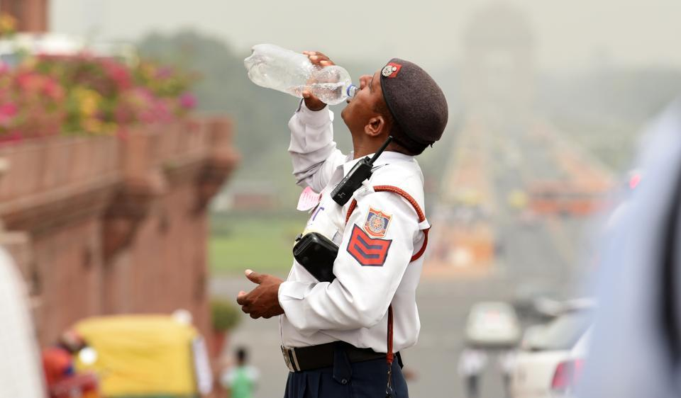 Volunteers fromDelhi-NCR and traffic department are distributing water bottles and oral rehydrating salt to save traffic cops from searing heat.