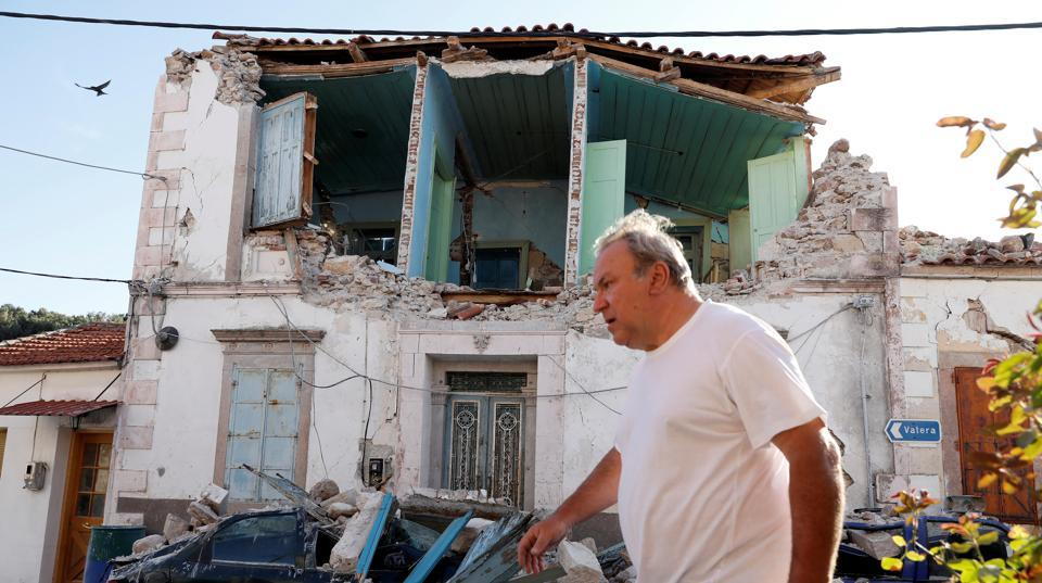 A man walks past a damaged building at the village of Vrissa on the Greek island of Lesbos, Greece, after a strong earthquake shook the eastern Aegean, June 12, 2017.  The epicentre of the 6.3 magnitude quake was 5km (3 miles) south of Plomari, a town on the coast of Lesbos, the US Geological Survey said. (Giorgos Moutafis / REUTERS)