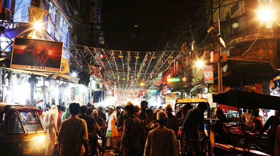 Since the eateries remain open until the morning prayers, it's best to get there only after midnight.