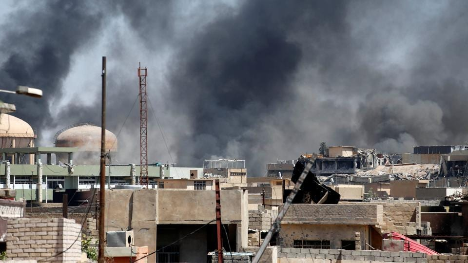 Smoke caused by clashes between the Iraqi forces and Islamic State militants is seen in the Shifa neighbourhood in western Mosul, Iraq June 15, 2017.