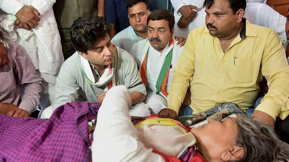 Congress MP Jyotiraditya Scindia interacts with an injured woman farmer Kamla Bai who was allegedly beaten up by police during farmers' agitation in Phanda near Bhopal, Madhya Pradesh on Wednesday.
