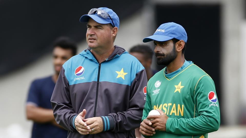 Pakistan's coach Mickey Arthur talks with Mohammad Hafeez during nets.  (REUTERS)
