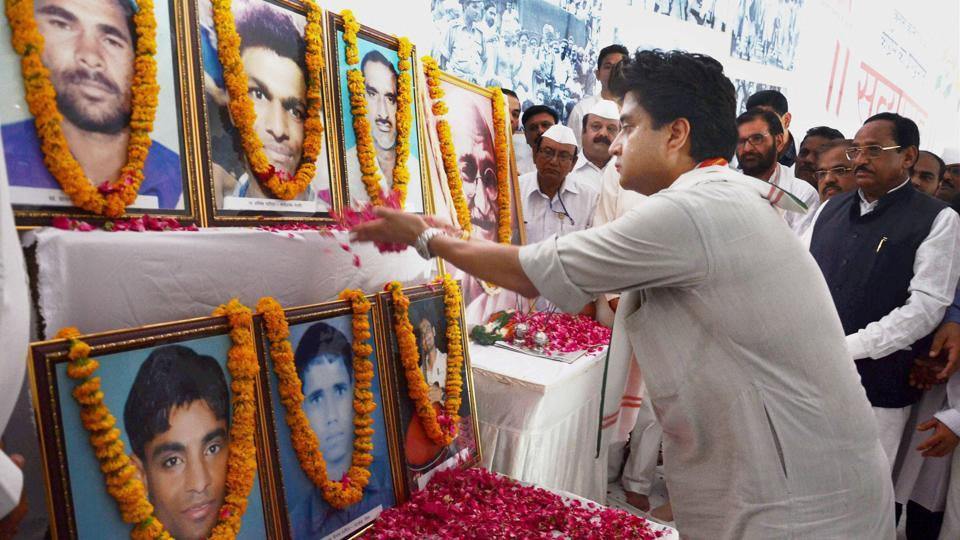 Congress leader and MP Jyotiraditya Scindia pays tributes to farmers killed in police firing in Mandsaur, during his 72-hour long Satyagraha protest in Bhopal on Wednesday.