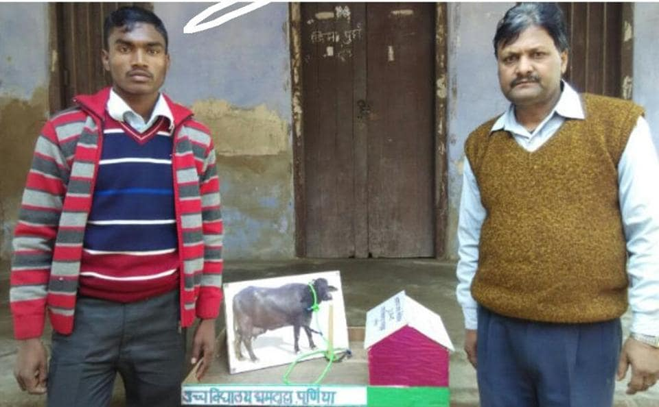 Rajesh Hansda (left) and his teacher Santosh Kumar with the model of cattle safety rope.
