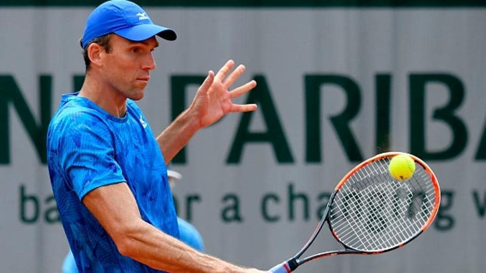 Ivo Karlovic beat Marin Cilic to set up a final against fellow veteran Gilles Muller in Den Bosch on Saturday..