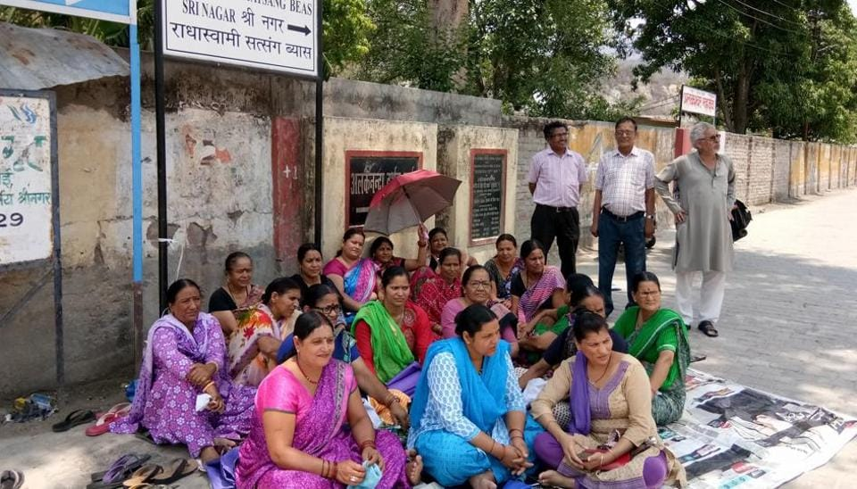 Women protest outside the spot where the liquor shop will come up in Srinagar Garhwal.