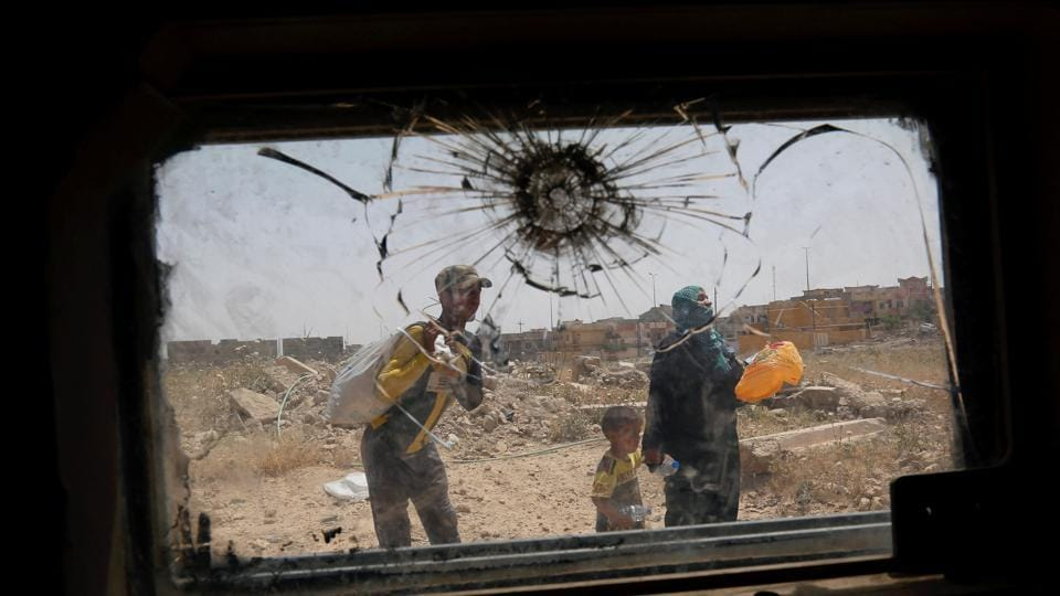 Displaced Iraqis flee during a fight between Iraqi Counter Terrorism Service (CTS) forces and Islamic State militants in western Mosul, Iraq, May 15, 2017. (REUTERS)
