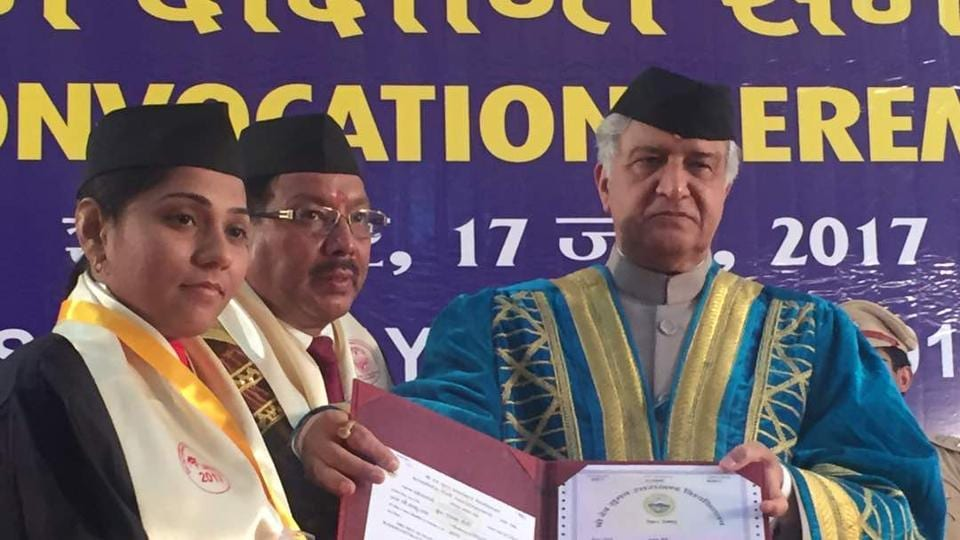 Governor KK Paul and students don the pahari topi during convocation ceremony at Sri Dev Suman University.
