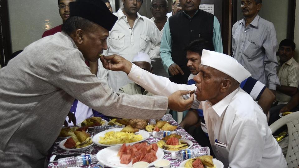 Muslim Awakaf Welfare Trust organised an iftar party for warkaris who arrived in Pune with the Sant Dnyaneshwar and Sant Tukaram palkhi during their annual pilgrimage to Pandharpur on Sunday at Samarth Vyayam Mandir.