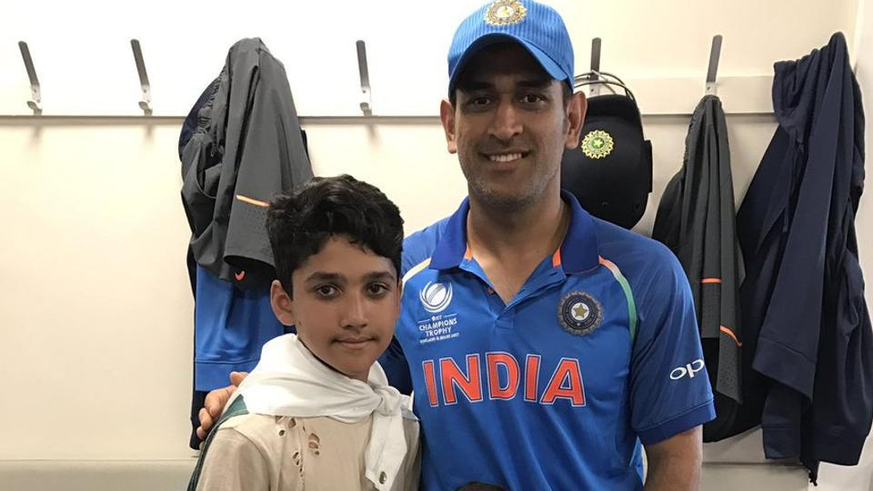 MSDhoni took a picture with Azhar Ali's kids after the ICCChampions Trophy final.