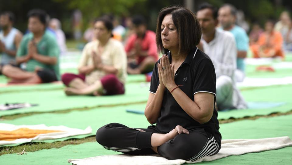 A large group performs yoga at Lodhi Garden in New Delhi on June 18, 2017. (Arvind Yadav/HT Photo)